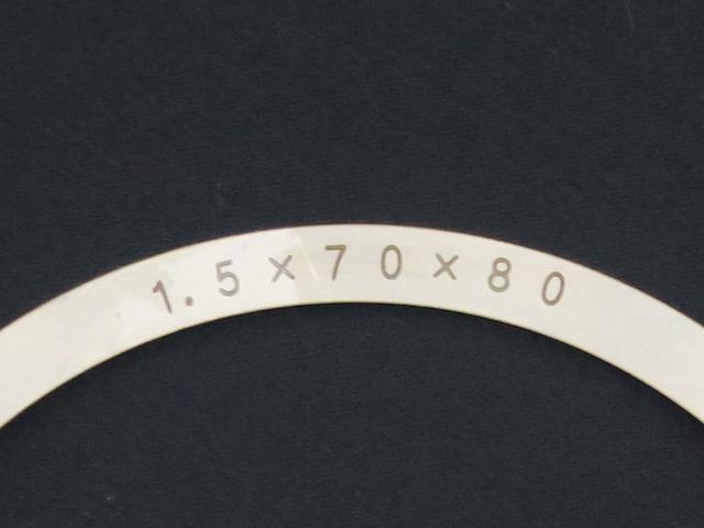 厚さ1.5mmのシムリングに刻印